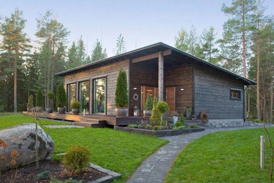 Casa de madera de techo inclinado
