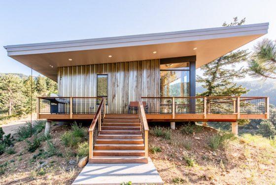Diseño casa moderna con techo inclinado en la montaña