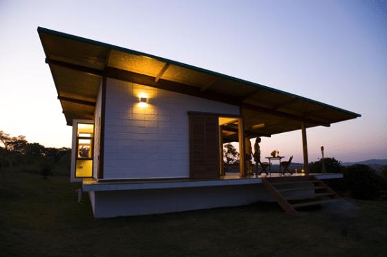 Casa pequeña de madera con techo inclinado