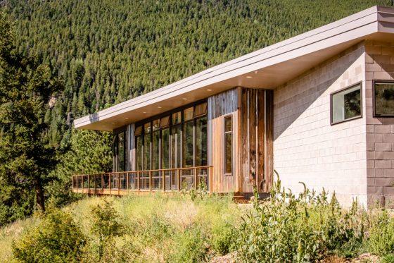 Moderna casa de ladrillo, madera y metal