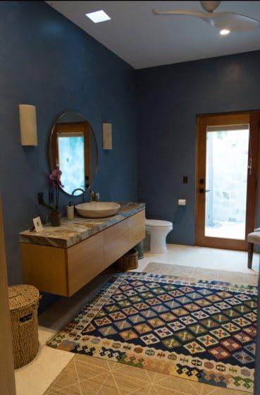 Diseño de baño moderno con paredes lisas de color