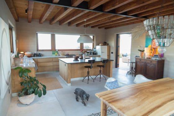 Diseño de cocina con muebles de madera natural