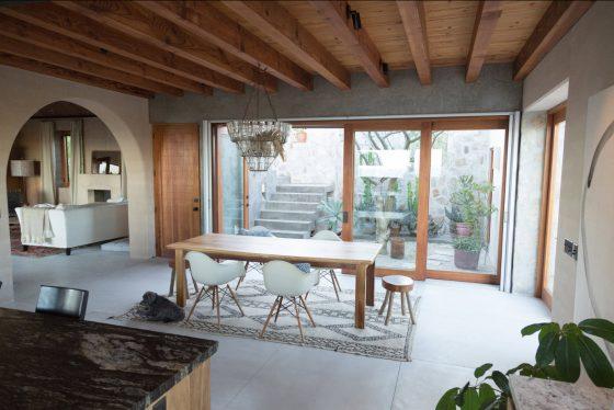 Diseño de sencillo y moderno comedor de madera