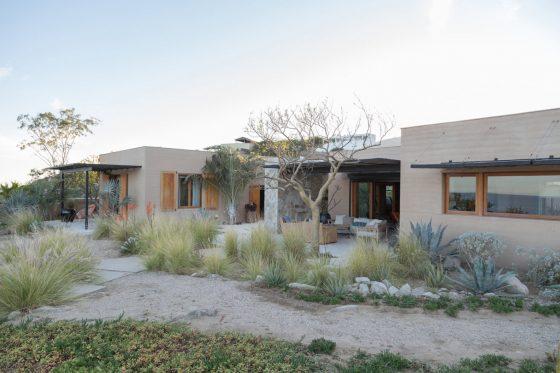 Fachada principal de casa de campo estilo rústico y moderno