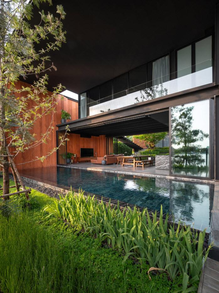 Casa moderna de dos pisos con diseño de espejo de agua como decoración