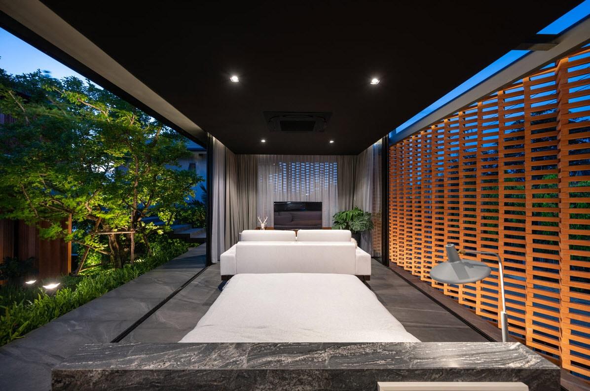 Diseño de dormitorio ventilado naturalmente, celosías de madera frente a ventanas