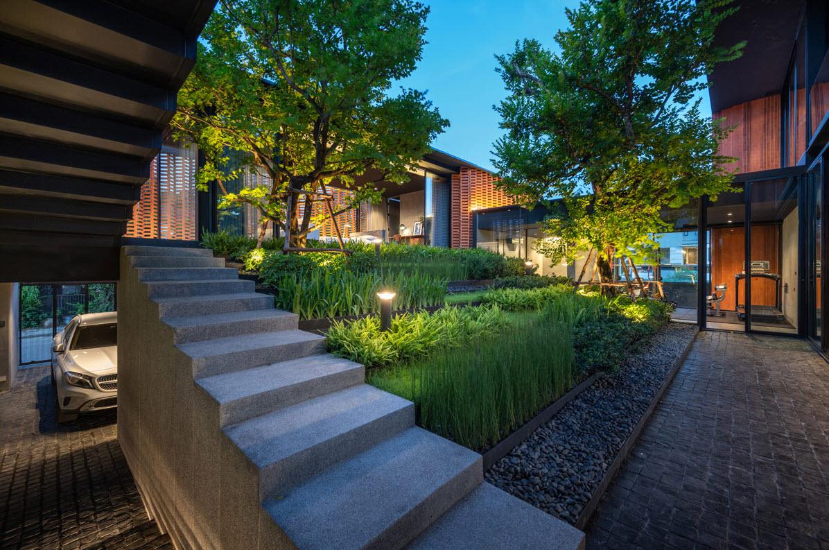 Patio interior con jardín escalonado
