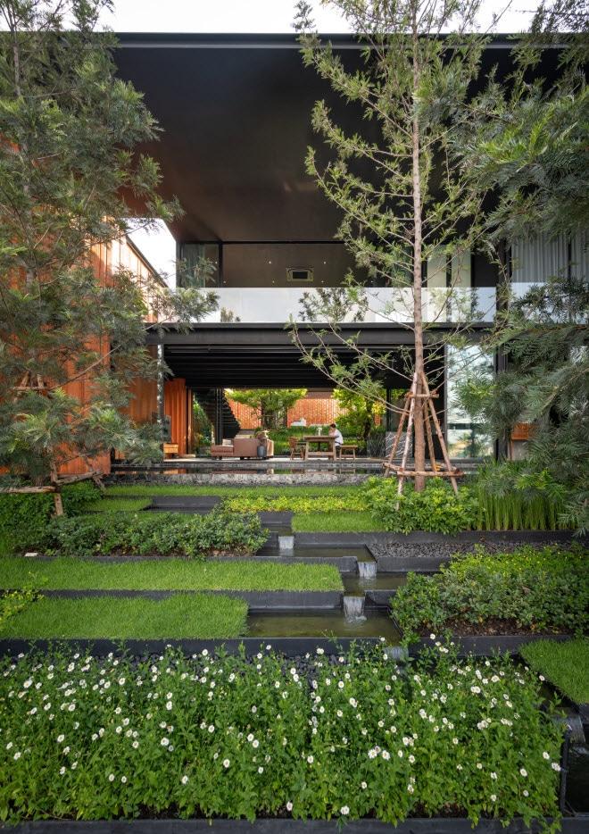 Jardín con arquitectura paisajista, recorridos de agua y pequeñas cascadas
