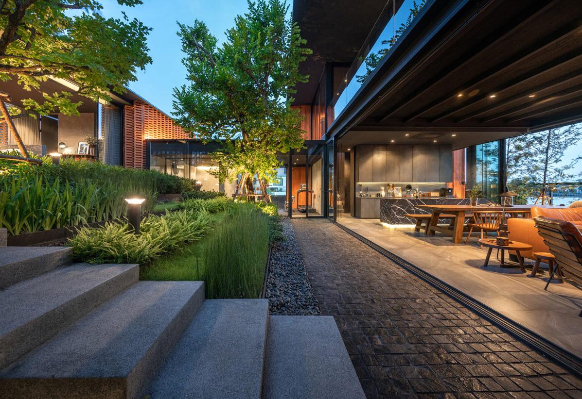 Sala comedor y jardin interior conectados