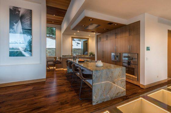 Diseño de cocina con isla, gabinetes empotrados dentro de paredes