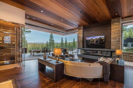 Diseño de living moderno con ventanas en forma de L, techos y pisos de madera