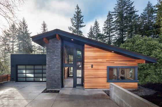 Modelo de casa moderna con techo inclinado y fachada de piedra y madera