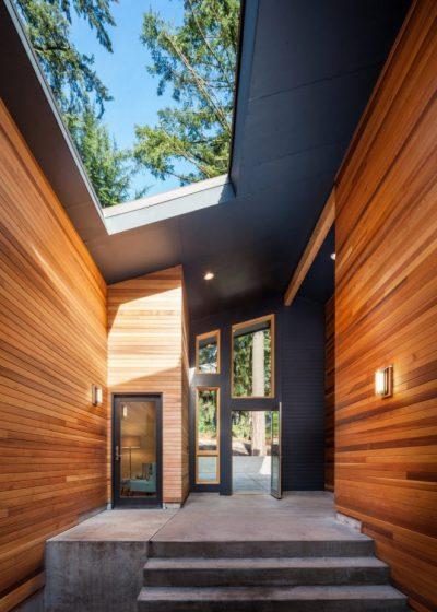 Pasadizo de entrada principal, tiene techo calado para el ingreso de luz natural