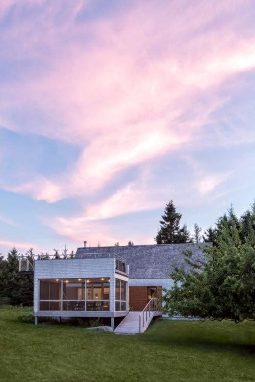 Diseño de casa de campo con zona privada para reuniones y mirador, cubierto con tablillas de madera