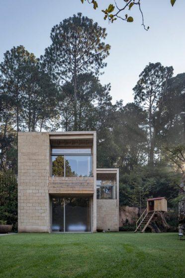 Casa combina moderno y rústico, paredes de hormigón, adobe y madera