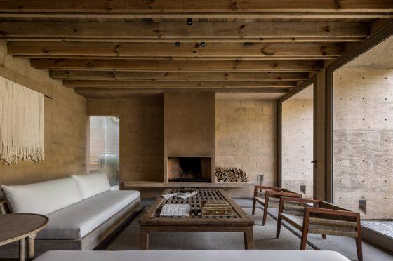 Diseño de interiores de una casa de estilo rústica, combina muebles modernos