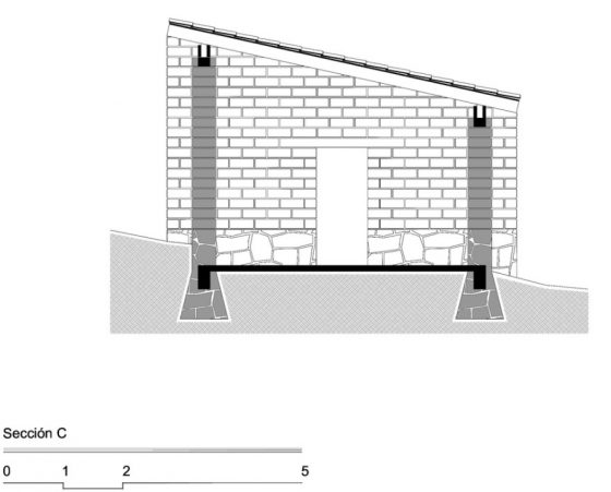 Plano de corte de casa sismo resistente, muestra las zapatas de mampostería