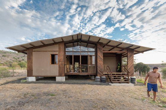 Fachada de casa económica construida con materiales prefabricados, techo a dos aguas
