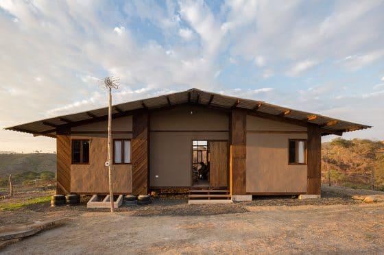 Modelo de casa rural económica, construida con madera, caña y pintura de tierra