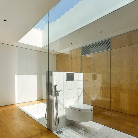 Diseño de cuarto de baño con ingreso de luz cenital