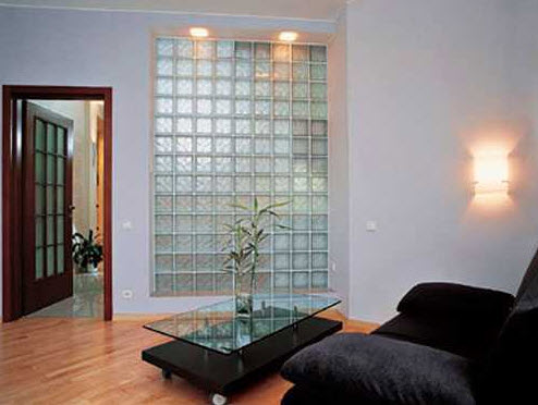 Pared con bloques de vidrio transparentes en sala estar