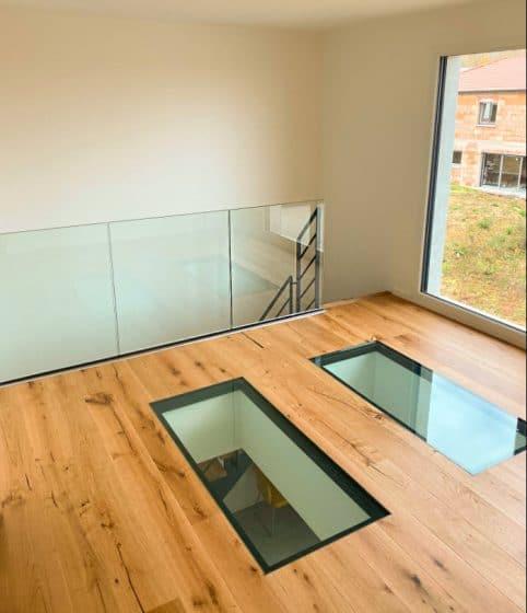 Uso de cristal laminado en techos para dar mayor claridad al interior de la casa