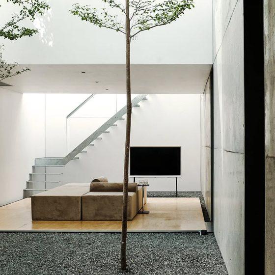 Diseño de patio interior de casa moderna