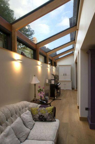 Diseño de terraza interior bien iluminada naturalmente