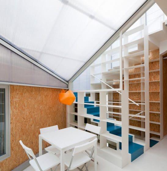 Diseño de comedor iluminado por techo traslúcido. Ingreso de luz cenital.