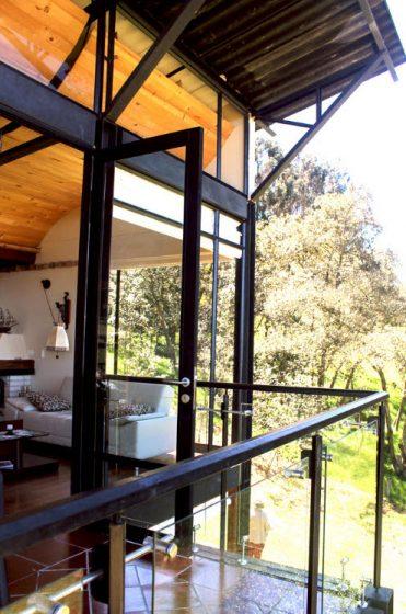 Grandes ventanas en casa moderna de campo
