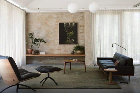 Diseño de sala  con paredes de ladrillos con enlucido tenue
